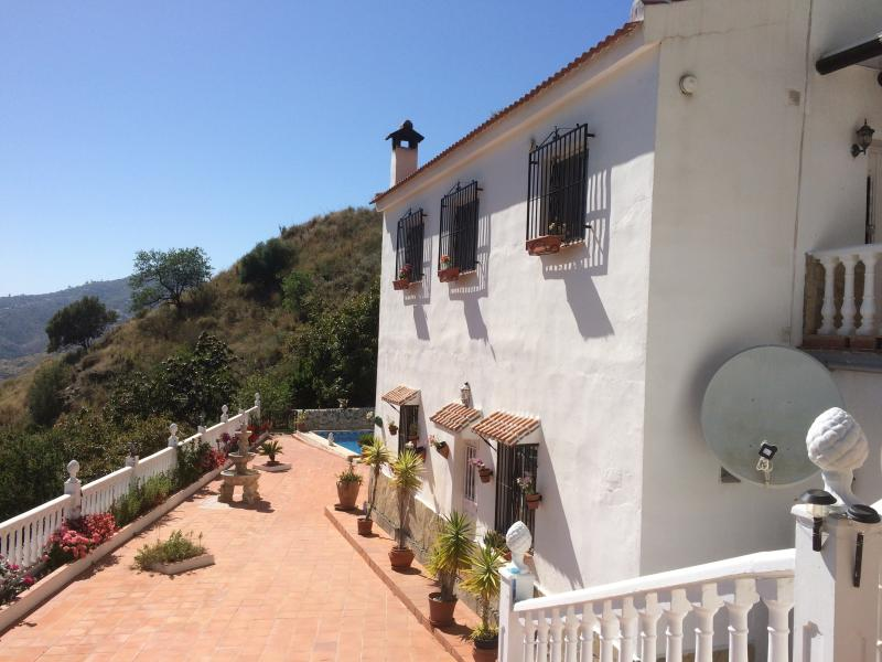 Marvellous villa - with BREAKFAST for 2 - overlooking the Mediterranean Sea, vacation rental in Competa