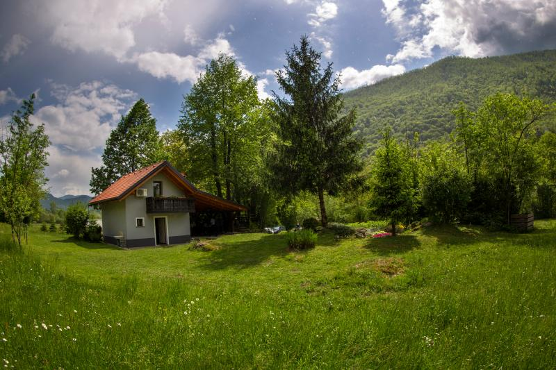 Cottage NA BIRU 1 by the Soca river, vacation rental in Stregna