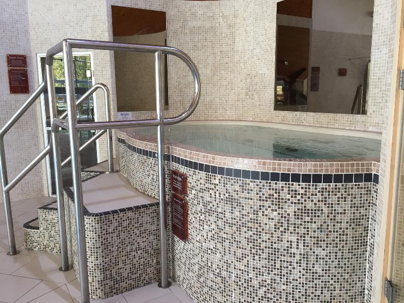 Jacuzzi next to the pool.......relax while the kids are in the pool