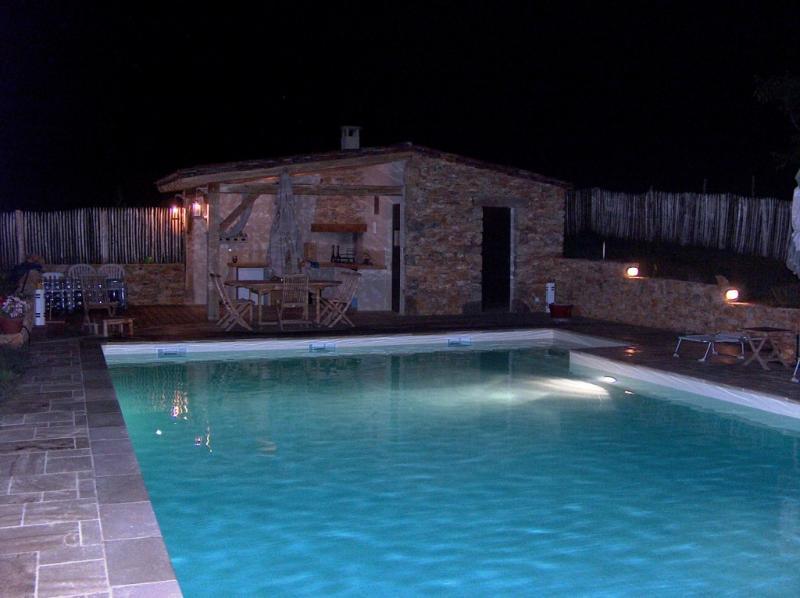 Casa de la piscina por la tarde