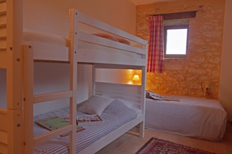 La habitación triple en el suelo de jardín (literas + cama individual)