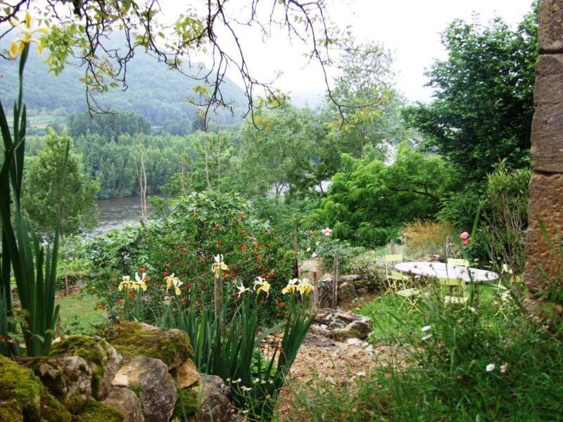 El jardín alrededor de la cabaña