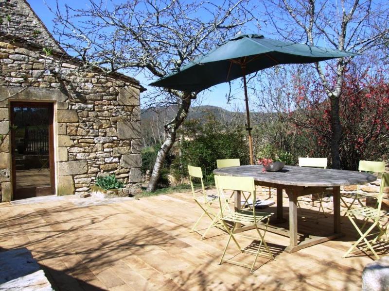 La terraza de madera delante de la cocina
