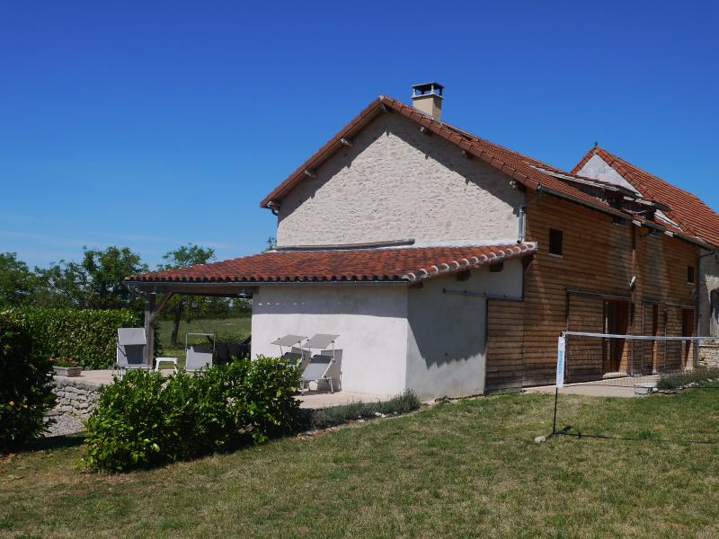 Spacious gite with natural swimming pool, holiday rental in Séniergues
