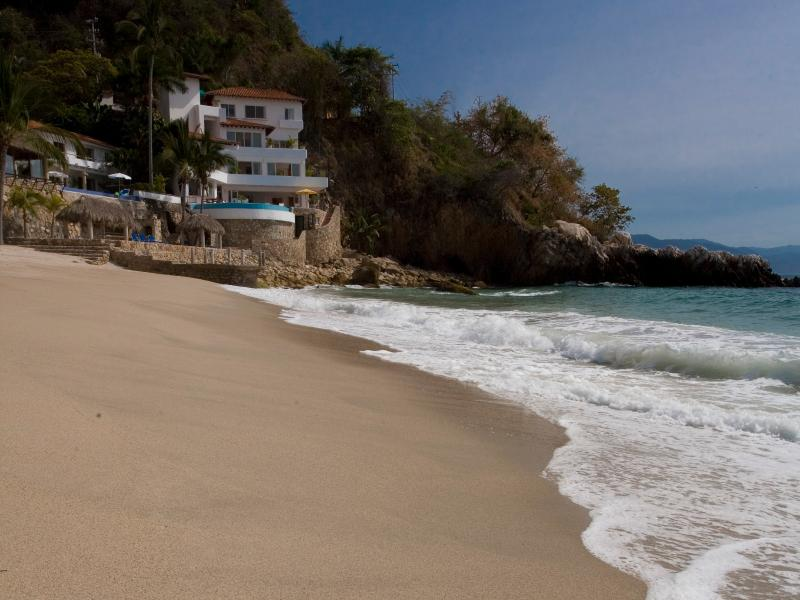 Family Villa on Los Gatos Beach 6 Bedrooms w/Cook, vacation rental in Puerto Vallarta