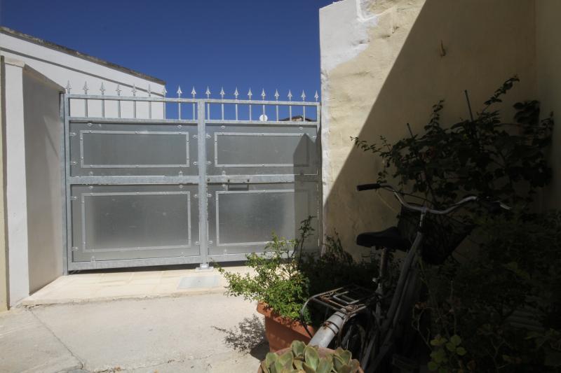 Cancello d'ingresso al giardino privato della Casa della gioia