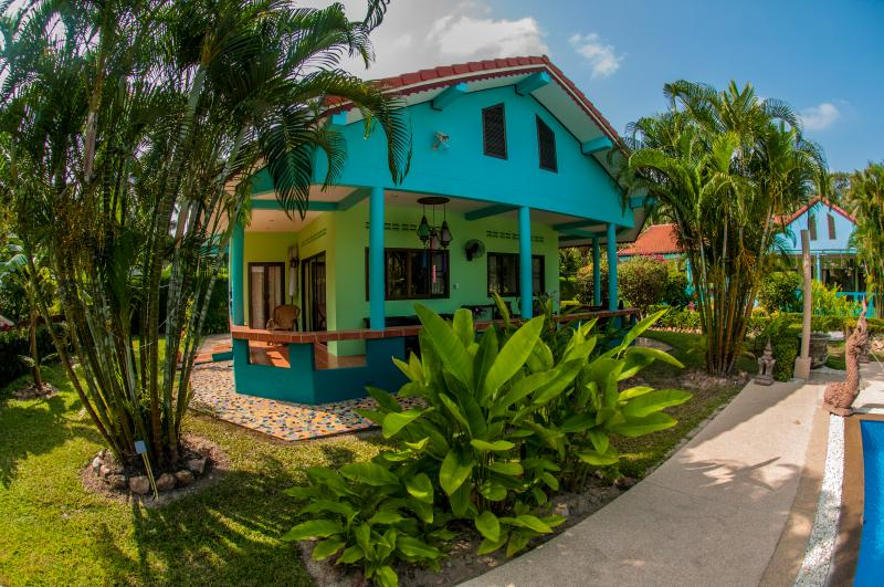 Lovely 2BRM bungalow,with pool & tropical garden, holiday rental in Surat Thani