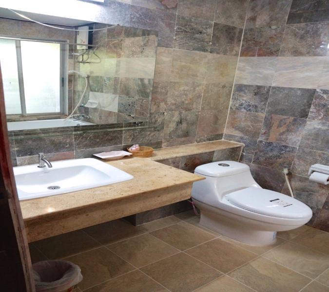 Baño en el dormitorio principal con bañera de hidromasaje