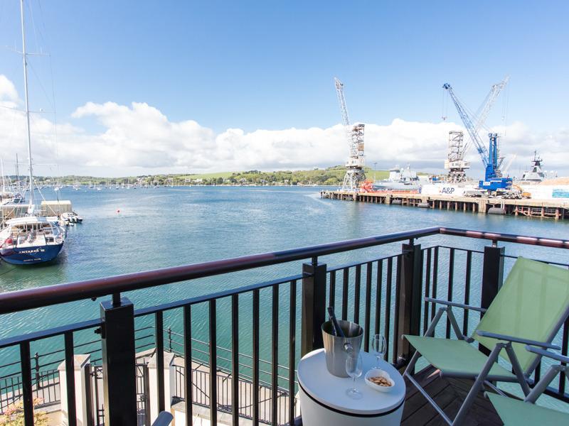 Der Balkon ist perfekt für al-Fresco Restaurants beim betrachten die Schiffe vorbeiziehen!