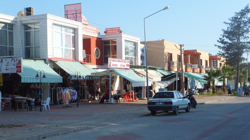 Souvenir, jewelry and clothing stores in the near vicinity