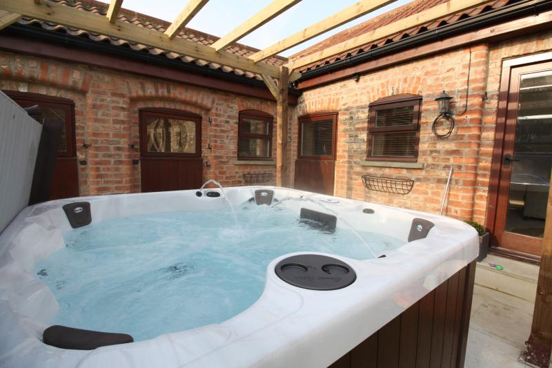 Horseshoe Barns 5* Gold Luxury cottage & Private Hot Tub, holiday rental in Asenby