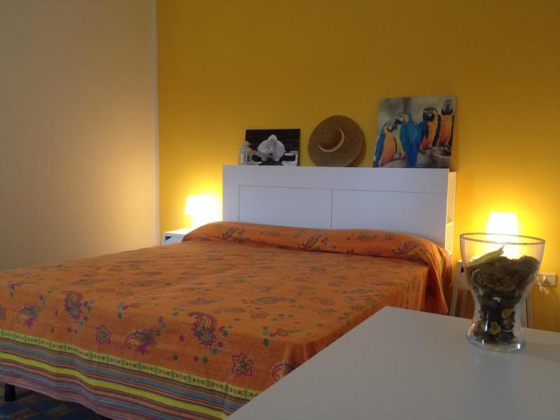 la camera da letto con colori caldi e arredata in stile moderno con aria condizionata a parete
