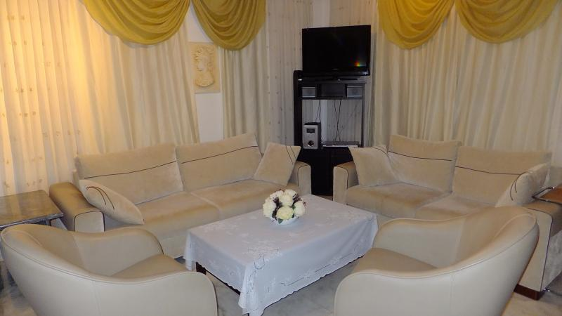 Comfortable living room for 8 people with 32'' flat screen TV