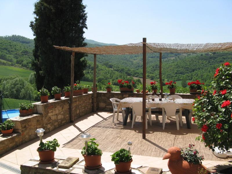 La grande terrazza soleggiata dove si può gustare un bicchiere di vino, mangiare e rilassarsi al fresco!