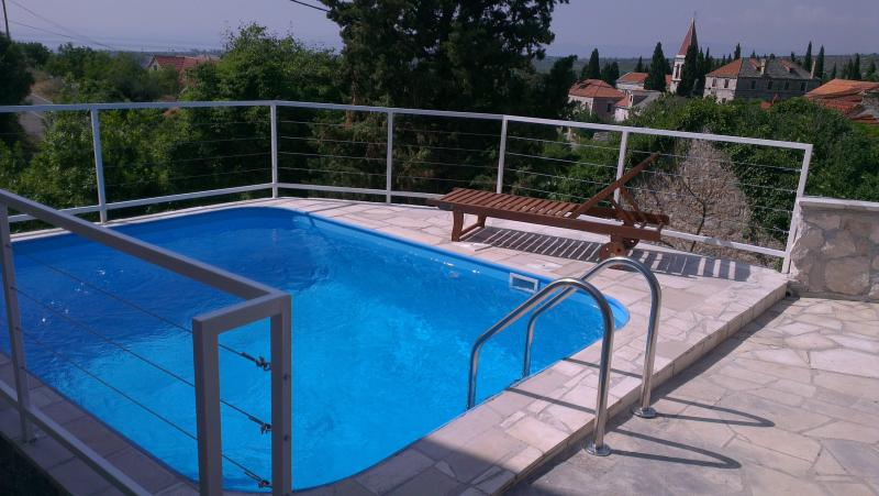 Villa Bobovisce stone house with pool, holiday rental in Lozisce