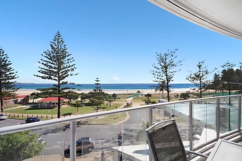 Reflections Tower 2 Unit 304 - Beachfront, views, and a great location Wi-Fi inc, vacation rental in Gold Coast
