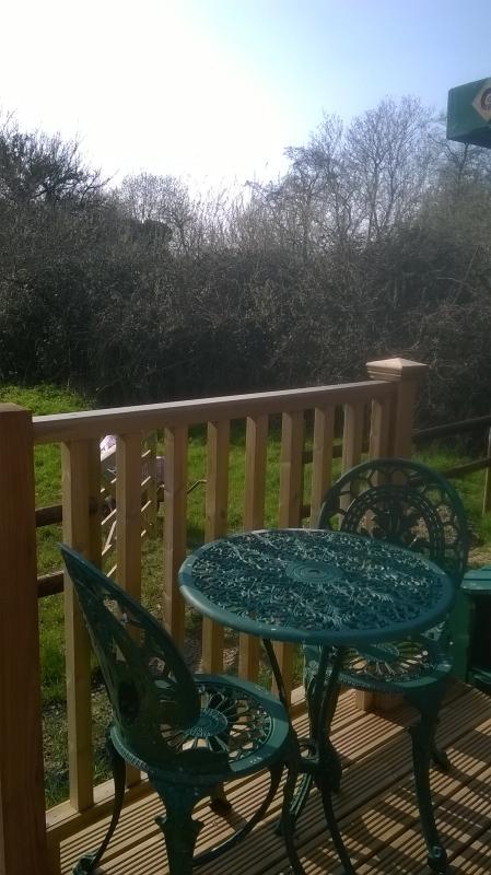 Bistro table et chaises sur la véranda pour les repas en plein air
