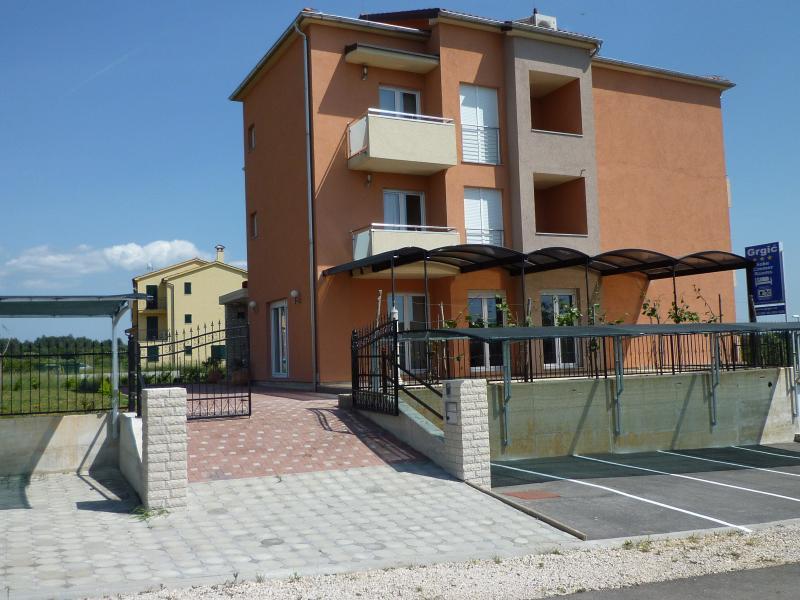 Doppelbettzimmer ohne Balkon, holiday rental in Novigrad