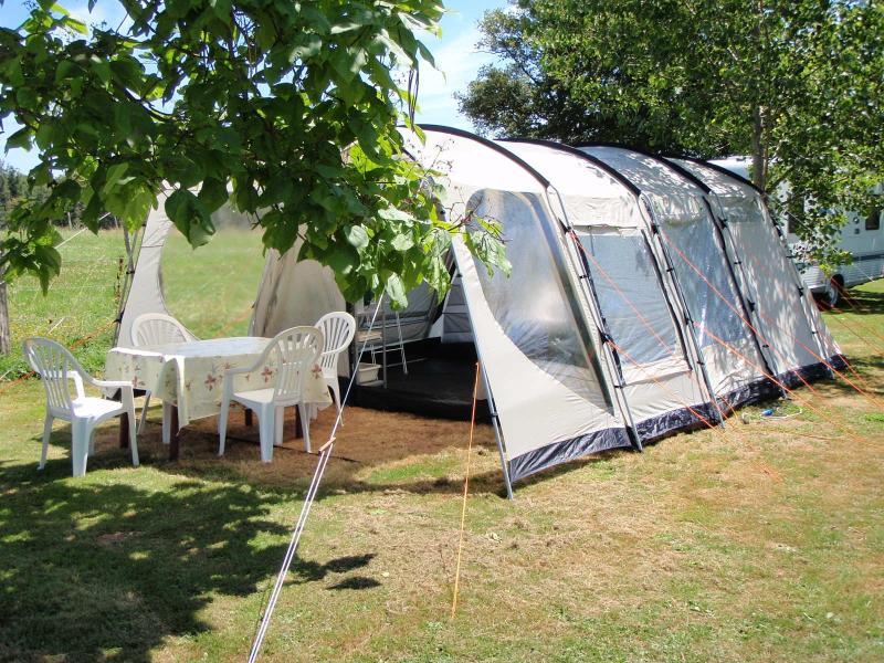 4 Berth Bungalow Tent, casa vacanza a Hautefort