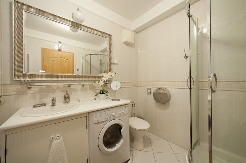 Salle de bains principale avec baignoire et douche
