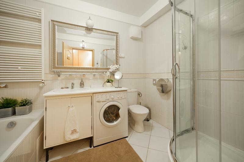 Salle de bains principale avec lavage et séchage machine
