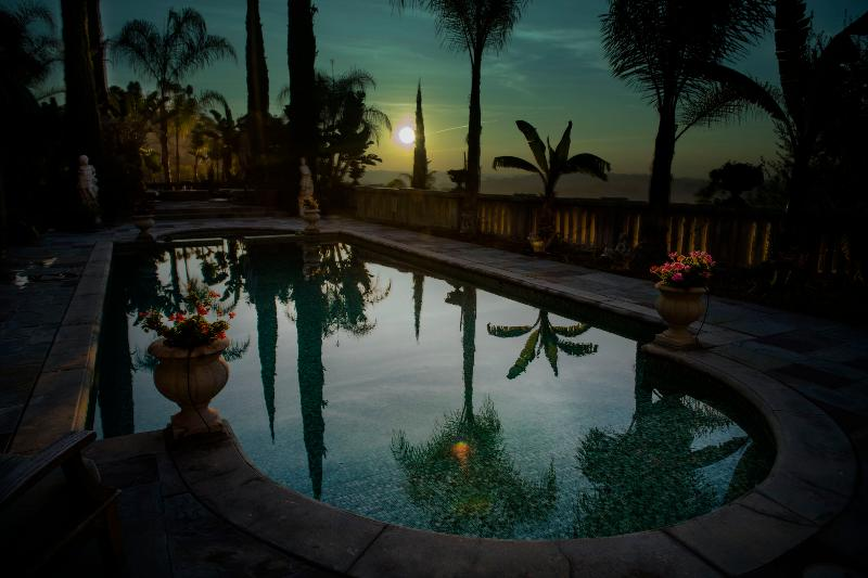 Los Angeles lever de soleil tropical. Vue depuis le lit à la location de vacances Villa Sophia.