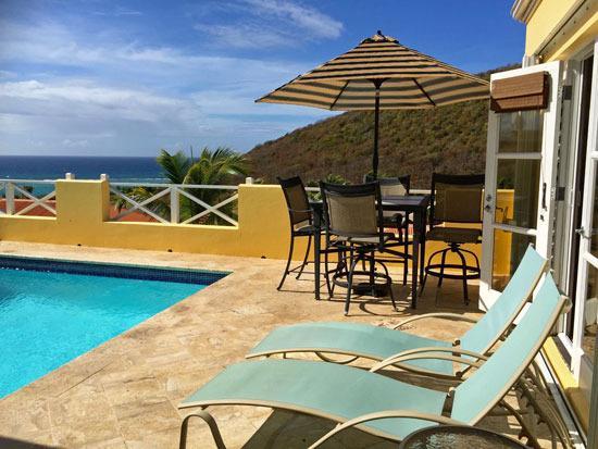 Geniet van het zwembad dek, eetkamer buitenshuis en de eiland-sfeer