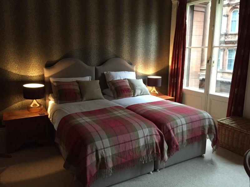 Gasten slaapkamer 1: ruime slaapkamer met lits-jumeaux