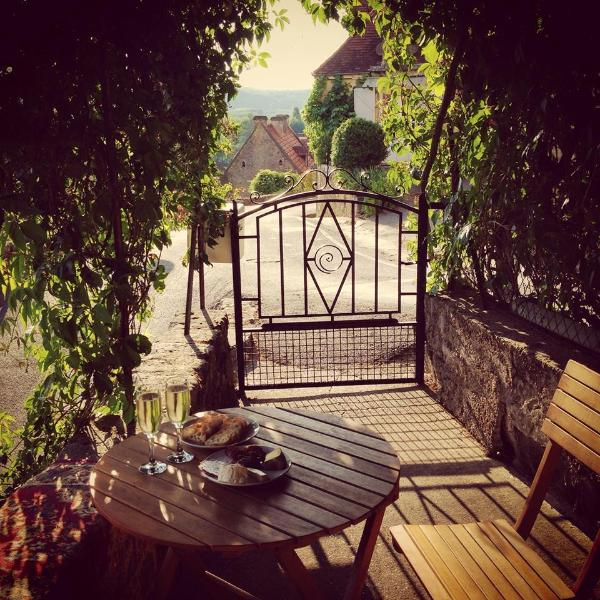 Relax with a wine/coffee on the terrace overlooking the valley,cool in summer under the grapevines