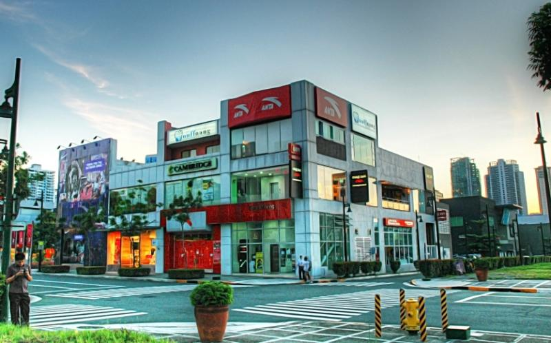 een paar blokken weg is bonifacio high street met botique winkels en veel restaurants keuzes