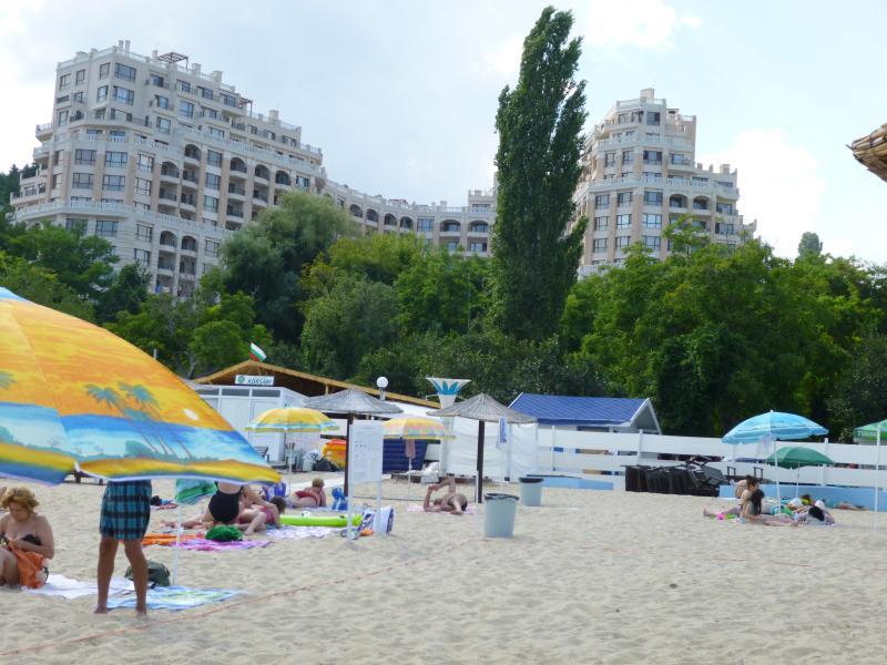 Juste en face de la célèbre plage de Cabacum !
