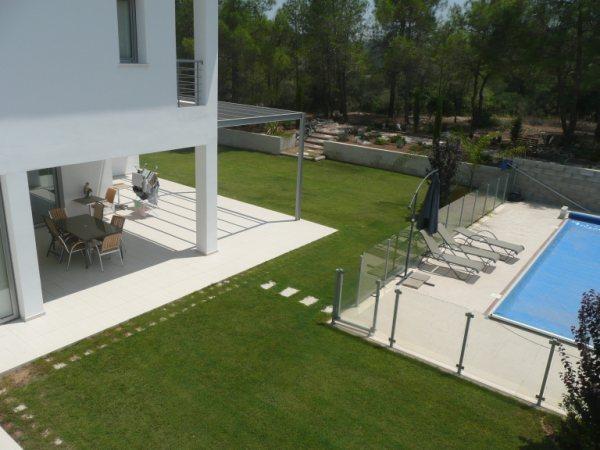 terrasse couverte avec salon de jardin, pelouse et piscine fermée. En plein air salle d'eau.