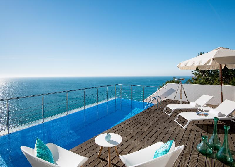 Piscina cubierta con vistas al océano