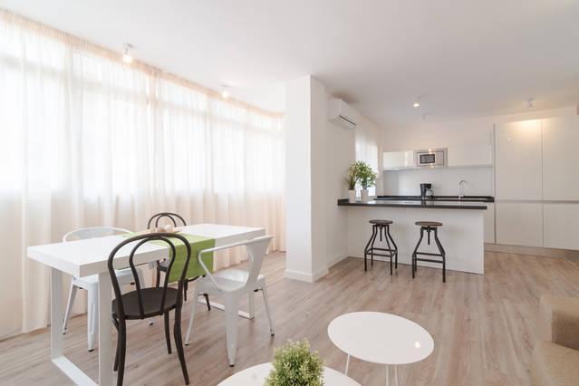 Luminoso salón con cocina integrada