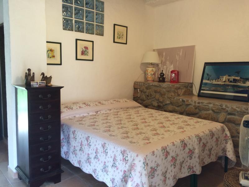monovano indipendente con giardini,posto auto, bae, holiday rental in Maracalagonis
