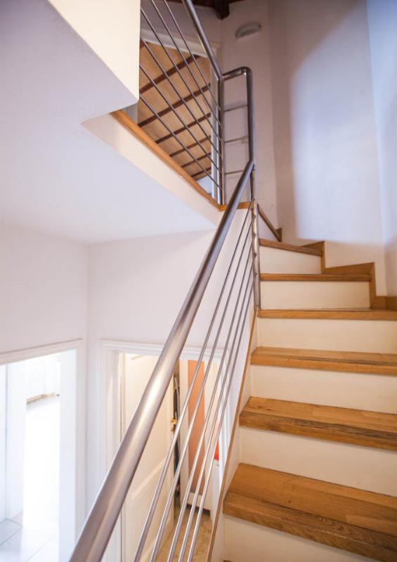 Le scale che conducono le due camere da letto e bagno principale