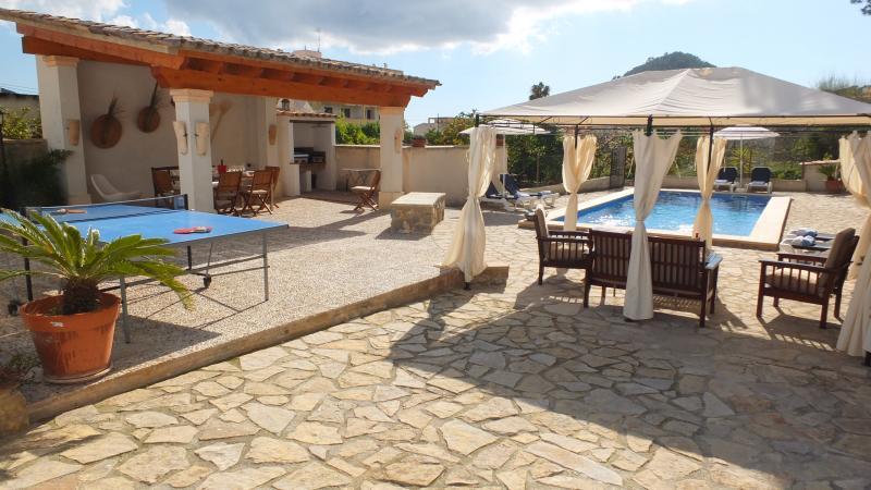 Casa en Andratx con 1.000 m2 de jardin y piscina, holiday rental in Es Capdella