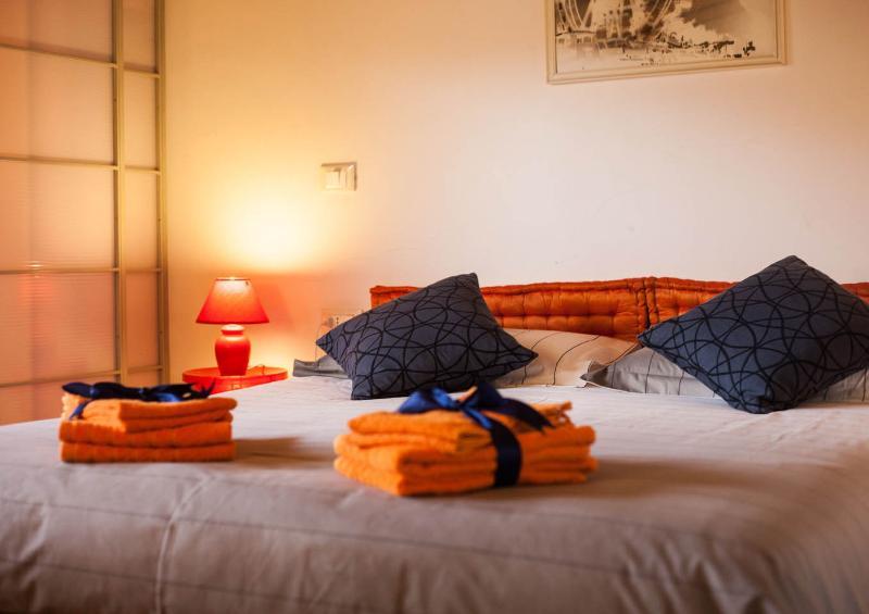 Godetevi il comfort del letto queen size dopo una giornata di passeggiare per la città