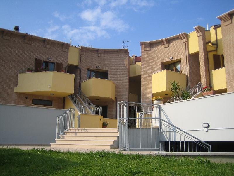 Apartment on two levels + Garage, vacation rental in Mondolfo