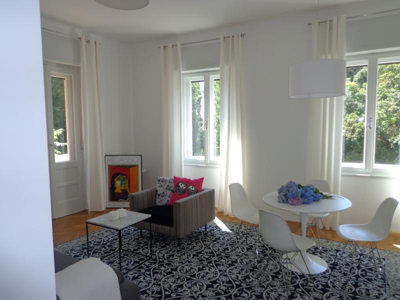 Wohnzimmer hell und sonnig mit Fenstern auf zwei Seiten, in großen Wohnung von 70m2