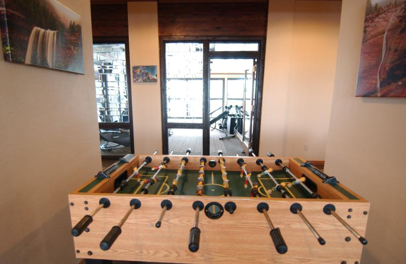 Tafelvoetbal table grenzend aan Fitness Center.