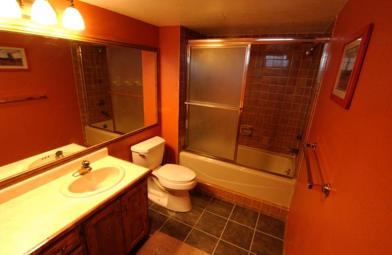 Volledige badkamer #1 gekoppeld aan #1, slaapkamer met bad/douche, toilet en wastafel/ijdelheid