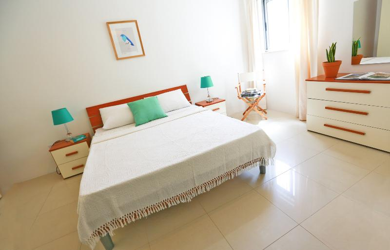 Penthouse 31 in Sliema. A minute from the Beach with A/C and Private Garage, alquiler de vacaciones en Sliema