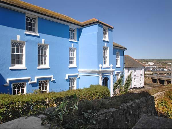 THE ABBEY, luxury semi-detached mansion, en-suites, open fire, quality, holiday rental in Penzance