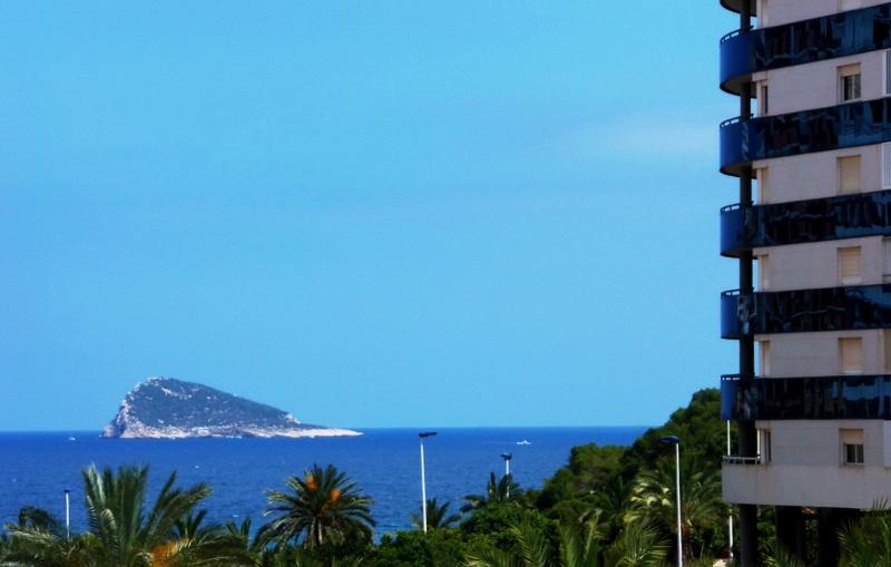 Blauwe lucht ontmoet blauwe oceaan ... Totale ontspanning tijdens elke maaltijd op de patio.