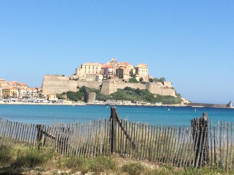 vue de la citadelle sur la plage devant le studio