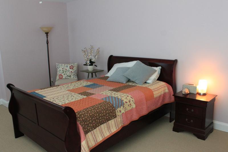 3 º dormitorio con cama de espuma de memoria doble con vistas a piscina