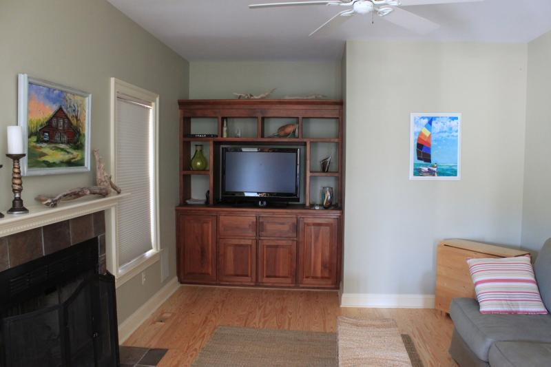 Sala de entretenimiento (TV) justo al lado de la cocina