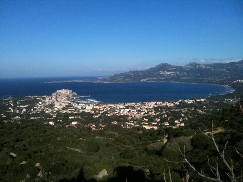 vue sur la baie de Calvi depuis Notre Dame de la Serra