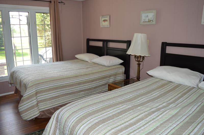 Cottage 5 - 1 Bedroom with 2 queen size beds and TV